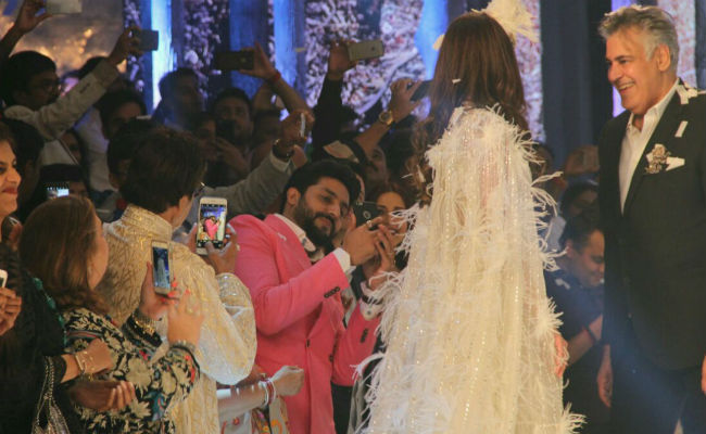 Bachchans Cheer For Shweta Nanda As She Walks The Ramp